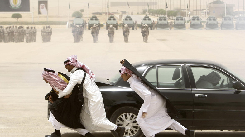 Graduating soldiers from the Saudi special forces' anti-terror unit demonstrate their skills in protecting VIPs under attack in Riyadh May 17, 2009. REUTERS/Fahad Shadeed (SAUDI ARABIA POLITICS) - RTXI8T2